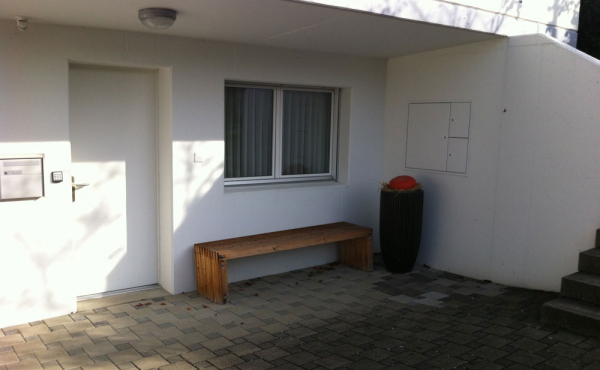 1-Zimmer-Studio, Scherz